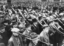 Feierliche Vereidigung der Freiwilligen des Deutschen Volkssturms in Berlin In Berlin fand heute die feierliche Vereidigung der Freiwilligen des Deutschen Volkssturms statt. UBz Volkssturmmänner mit ihren Waffen während des Vorbeimarsches an Reichsminister Dr. Goebbels.