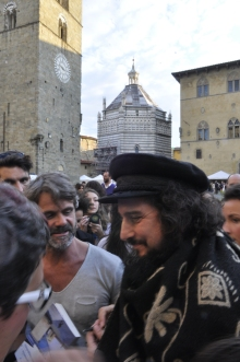 Vinicio Capossela in Piazza del Duomo a Pistoia.